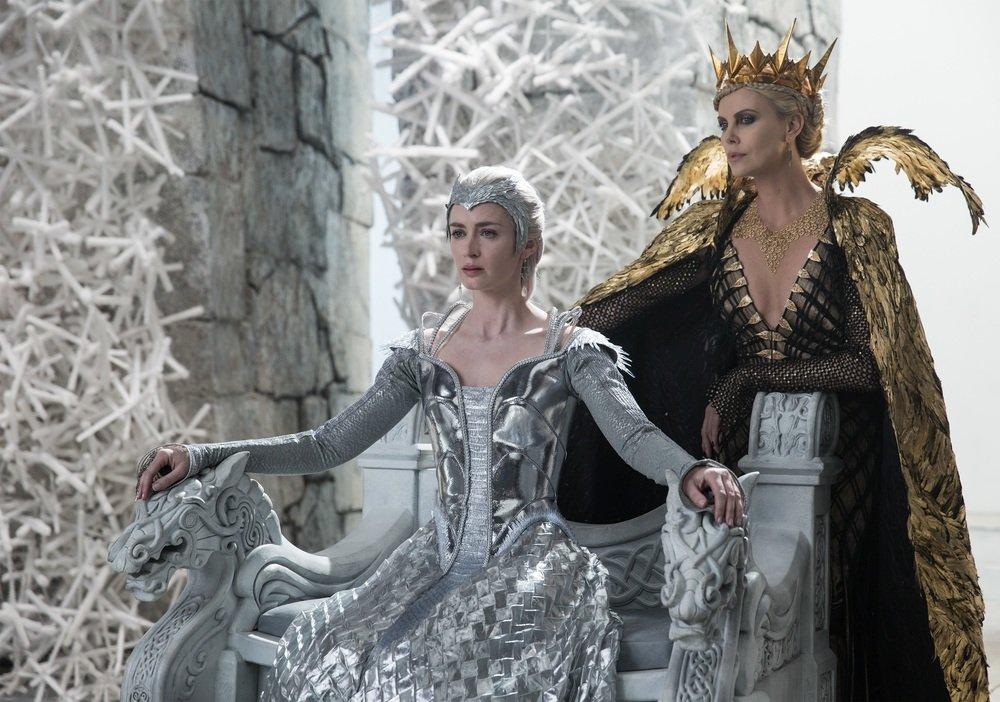 Il cacciatore e la regina di ghiaccio: Charlize Theron ed Emily Blunt in un momento del film