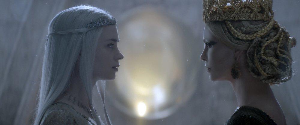 Il cacciatore e la regina di ghiaccio: Charlize Theron ed Emily Blunt in una scena del film