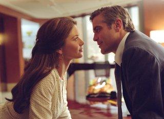 Prima ti sposo, poi ti rovino: Catherine Zeta-Jones e Goerge Clooney in una scena del film dei Coen