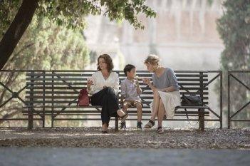 Nemiche per la pelle: Margherita Buy, Claudia Gerini e Jasper Cabal in una scena del film