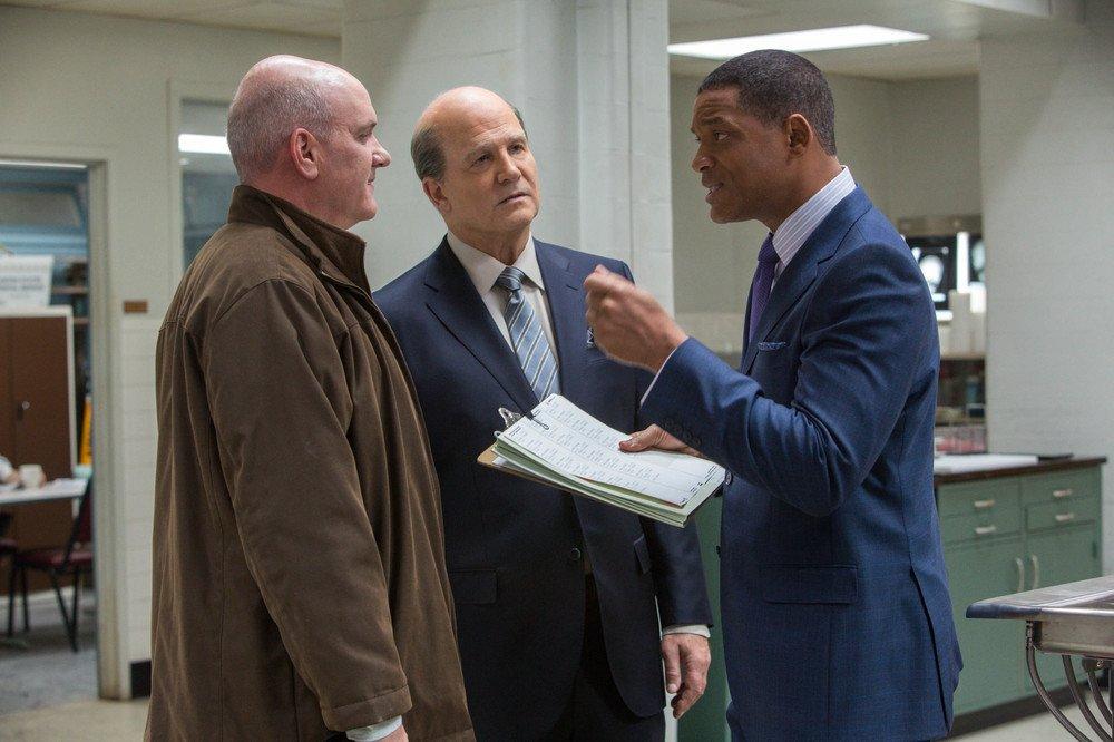 Zona d'ombra - Una scomoda verità: un pensieroso Will Smith, Mike O'Malley e Albert Brooks in una scena del film