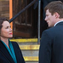 Damien: Barbara Hershey e Bradley James in una foto della serie
