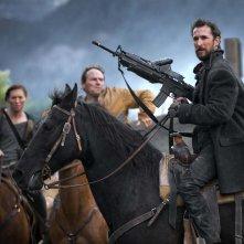 Falling Skies: Noah Wyle a cavallo in una foto della première della terza stagione
