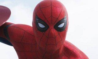 Captain America: Civil War - Un primo piano di Tom Holland in costume