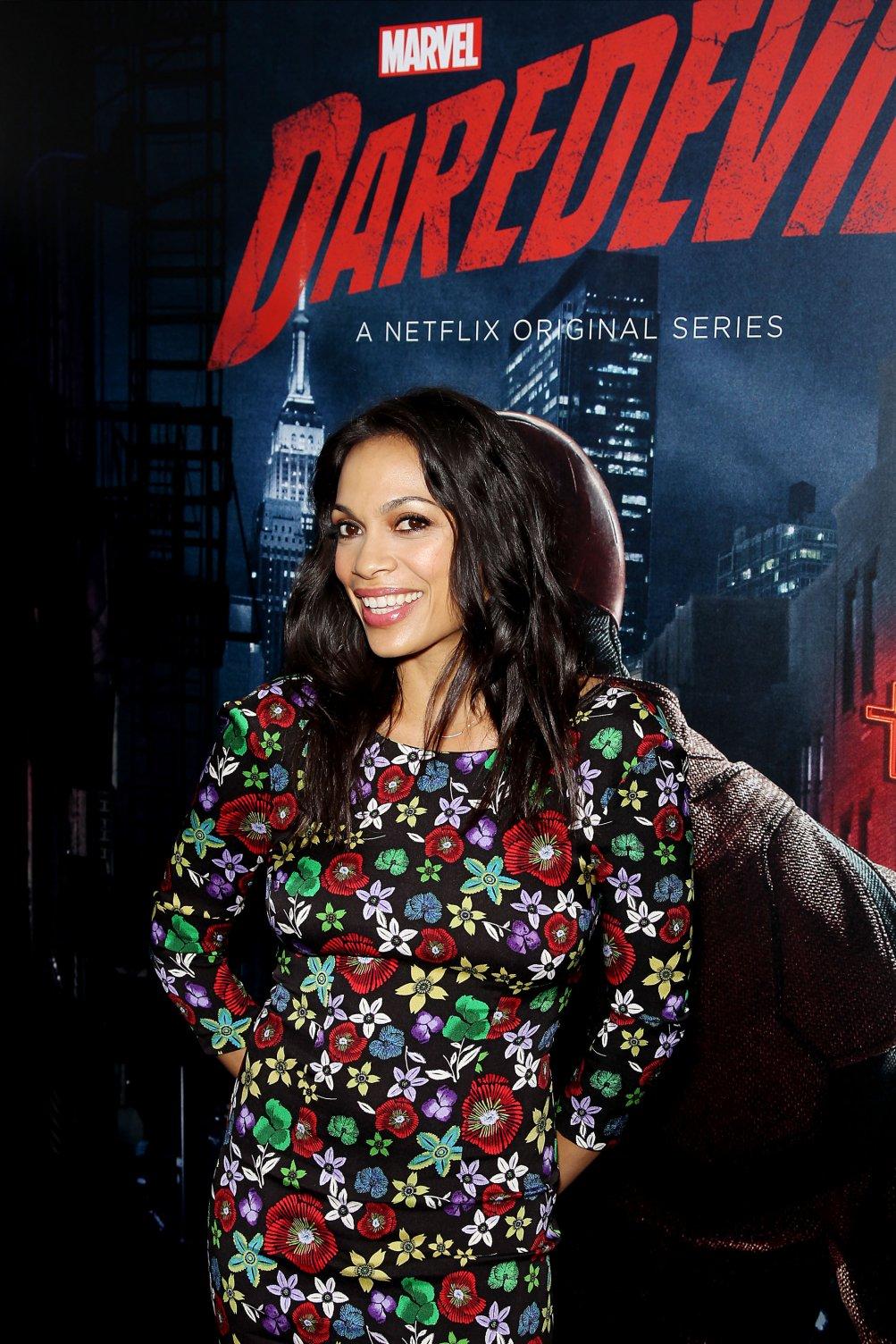 Daredevil: l'attrice Rosario Dawson alla première della seconda stagione