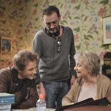 Les souvenirs: il regista Jean-Paul Rouve con gli attori Mathieu Spinosi e Annie Cordy sul set del film