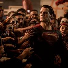 Batman v Superman: Dawn of Justice, Henry Cavill immerso tra la gente in una scena del film