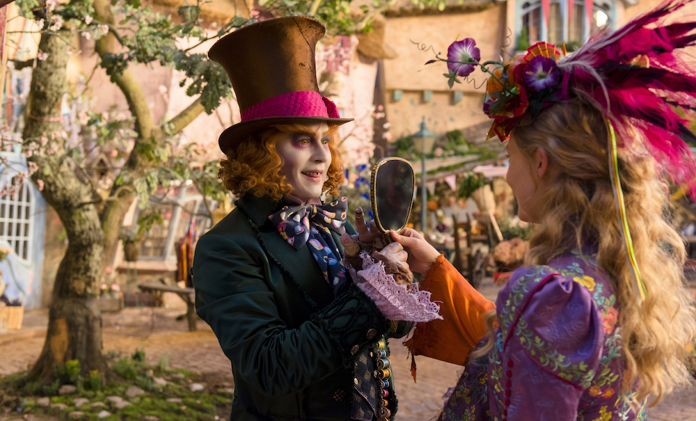 Alice attraverso lo specchio: Johnny Depp e Mia Wasikowska in una scena del film