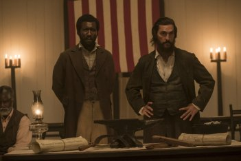 Free State of Jones: Matthew McConaughey e Mahershala Ali in una scena del film