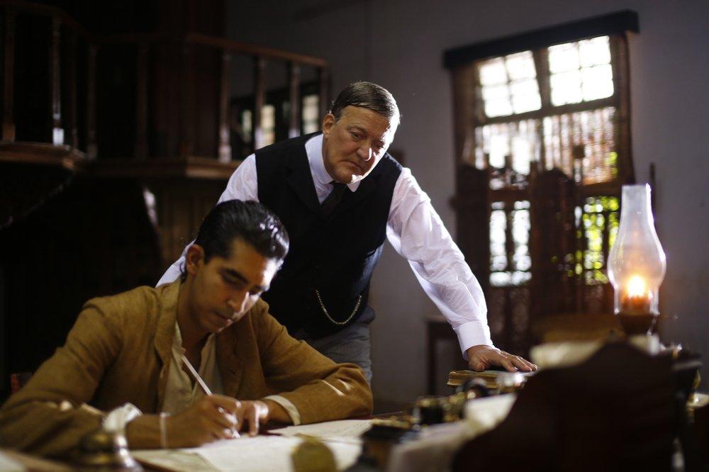 L'uomo che vide l'infinito: Dev Patel e Stephen Fry in una scena del film
