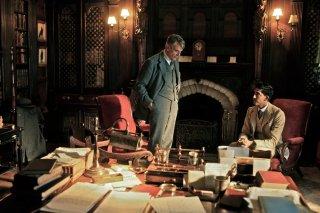 L'uomo che vide l'infinito: Jeremy Irons e Dev Patel in un momento del film