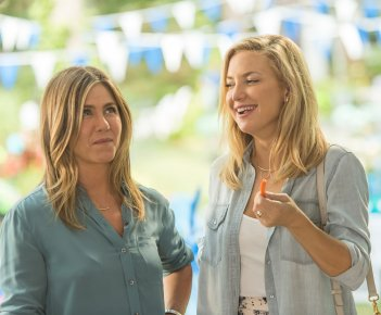 Mother's Day: Jennifer Aniston e Kate Hudson in una scena del film