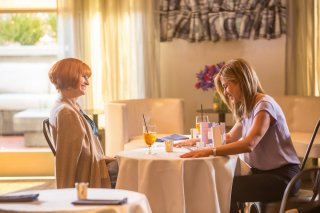 Mother's Day: Julia Roberts e Jennifer Aniston in una scena del film