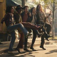 Stonewall: Jonny Beauchamp, Otoja Abit, Jeremy Irvine e Caleb Landry Jones in una scena del film