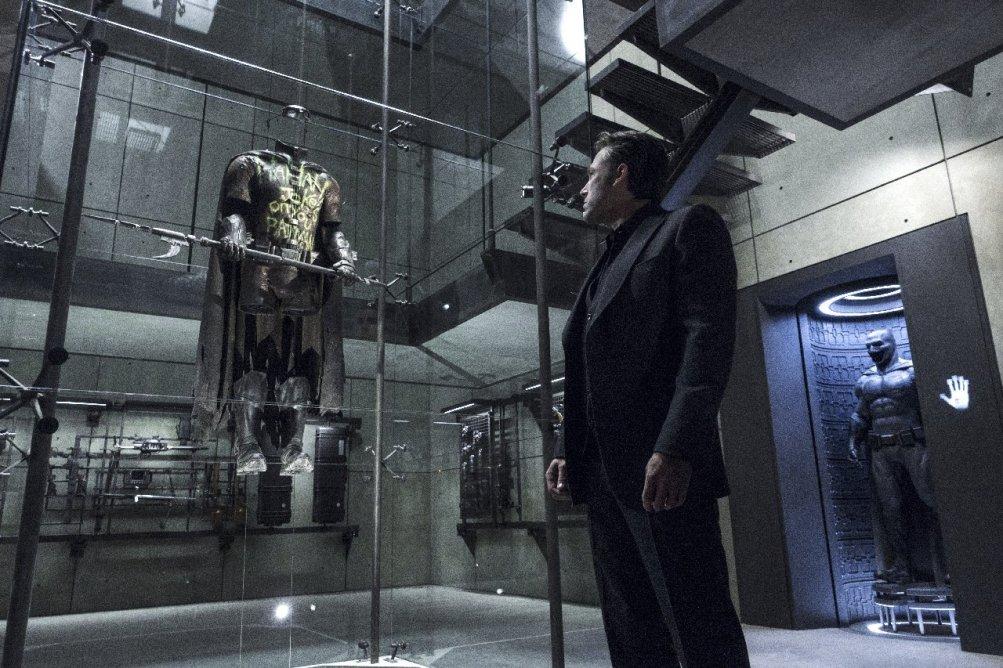 Batman v Superman: Batman osserva il costume di Robin