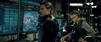 Batman v Superman: Ben Affleck e Jeremy Irons in una foto del film diretto da Zack Snyder