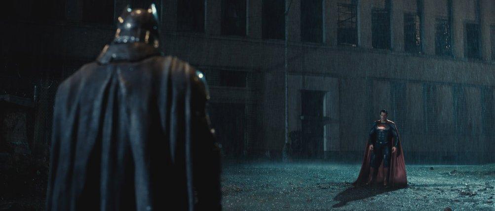 Batman v Superman: i due eroi si affrontano in una foto del film