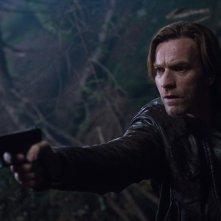 Il nostro traditore tipo: Ewan McGregor con una pistola in mano