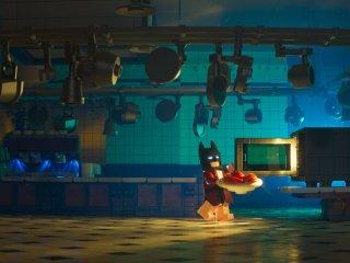 The Lego Batman Movie: Batman porta un vassoio verso il microonde in una foto del film