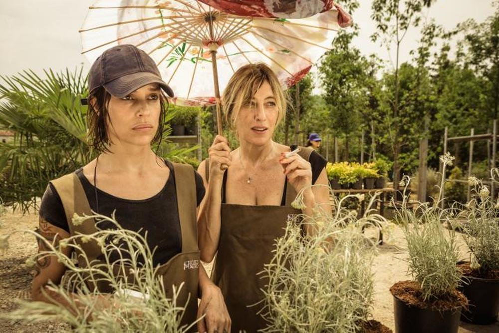 La pazza gioia: Micaela Ramazzotti e Valeria Bruni Tedeschi in una scena del film