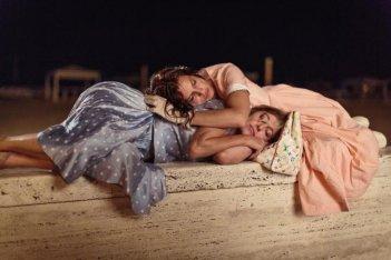 La pazza gioia: Micaela Ramazzotti e Valeria Bruni Tedeschi insieme in una scena del film