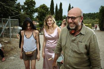 La pazza gioia: Valeria Bruni Tedeschi e Micaela Ramazzotti e il regista Paolo Virzì sorridenti in un'immagine dal set