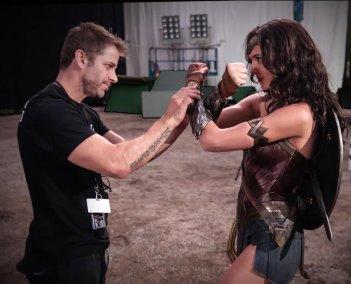 Batman v Superman: Zack Snyder e Gal Gadot in un momento delle riprese sul set