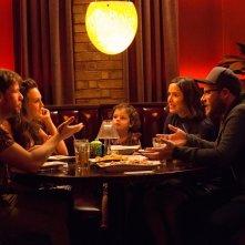 Cattivi vicini 2: Seth Rogen, Rose Byrne, Carla Gallo e Ike Barinholtz in una scena del film