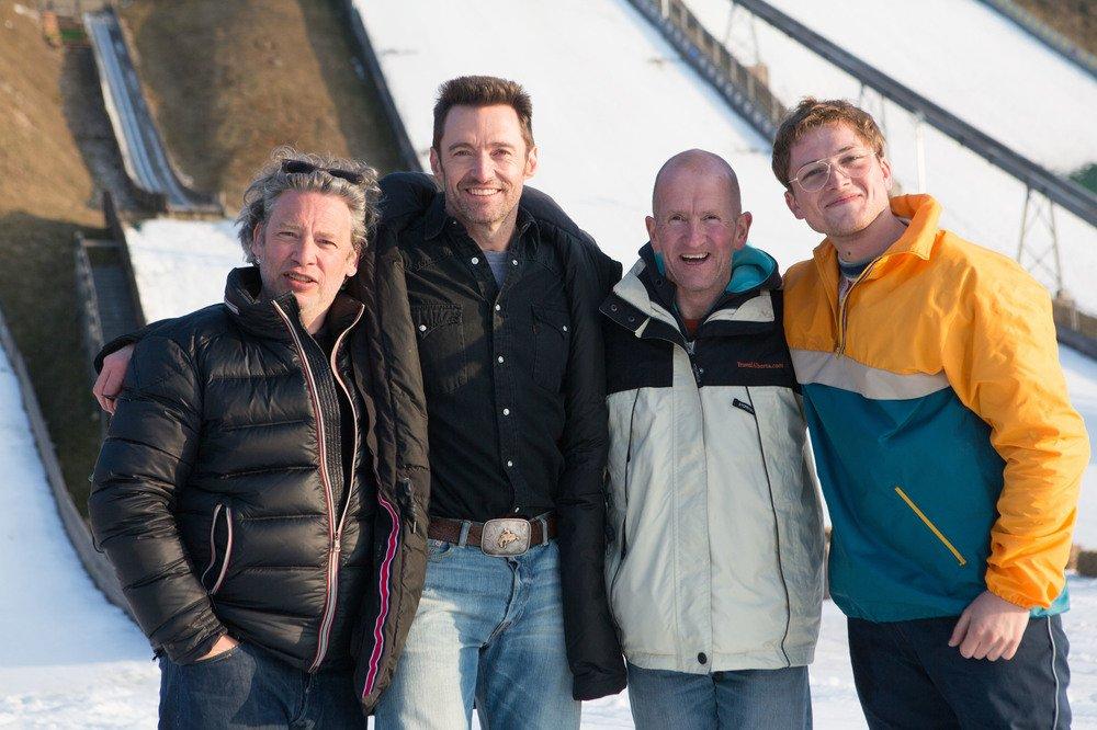 Eddie the Eagle - Il coraggio della follia: Taron Egerton, Hugh Jackman, il regista Dexter Fletcher ed Eddie Edwards in una foto promozionale del film