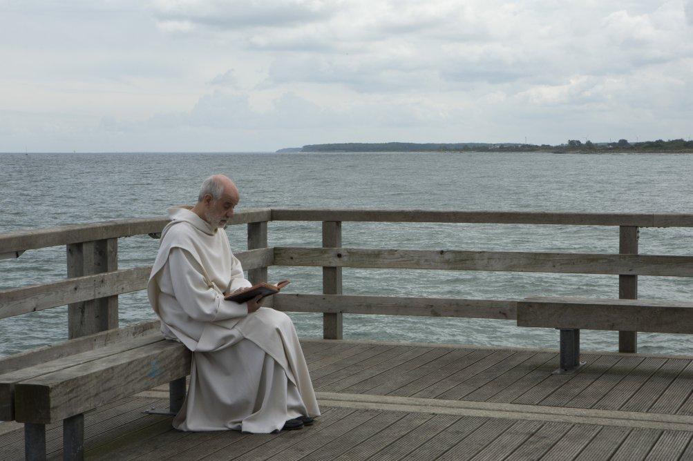 Le confessioni: Toni Servillo intento a leggere in una scena del film