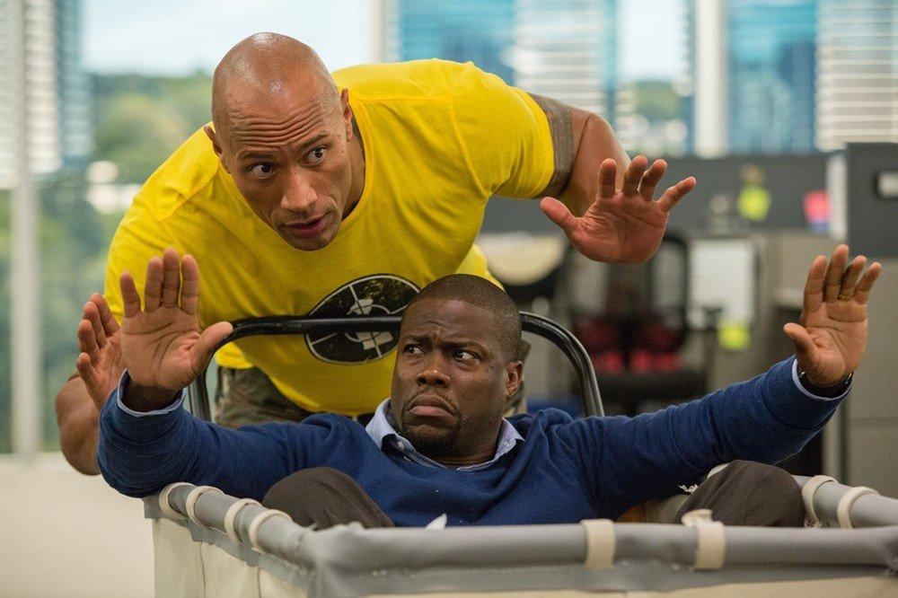 Una spia e mezzo: Dwayne Johnson e Kevin Hart in una scena del film