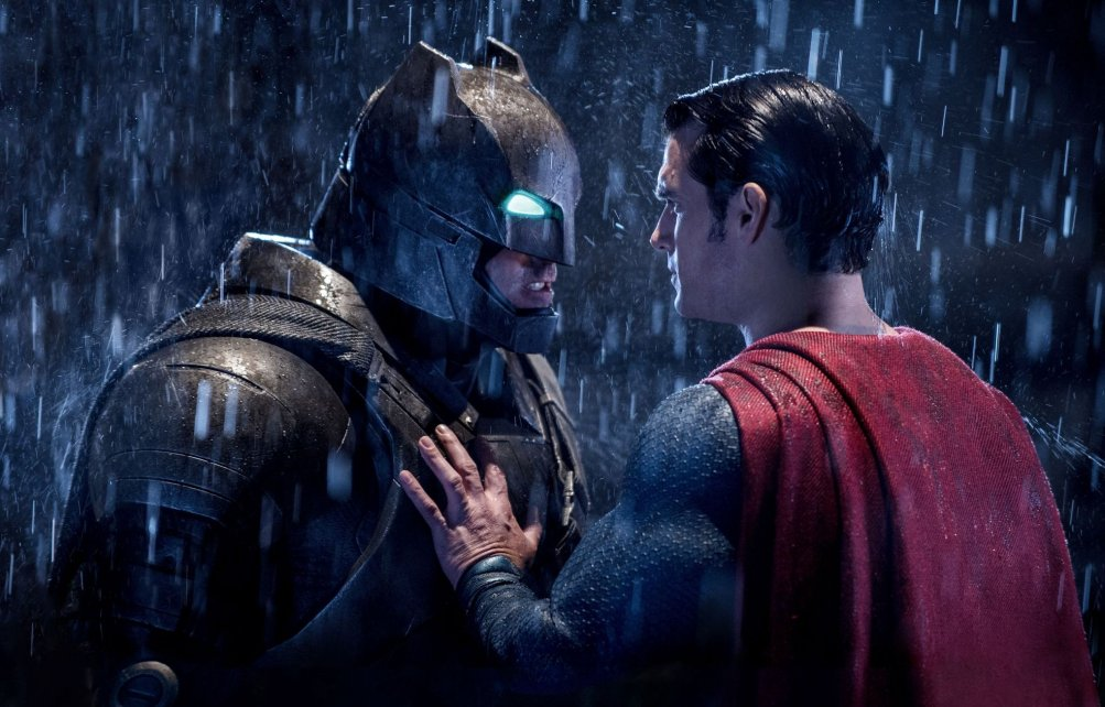 Batman v Superman: Henry Cavill e Ben Affleck in un momento dello scontro tra Batman e Superman