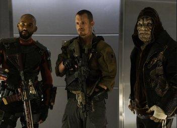 Suicide Squad: Will Smith, Adewale Akinnuoye-Agbaje e Joel Kinnaman in una scena