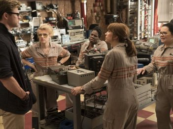 Ghostbusters: Chris Hemsworth, Melissa McCarthy, Kristen Wiig, Kate McKinnon e Leslie Jones in una scena