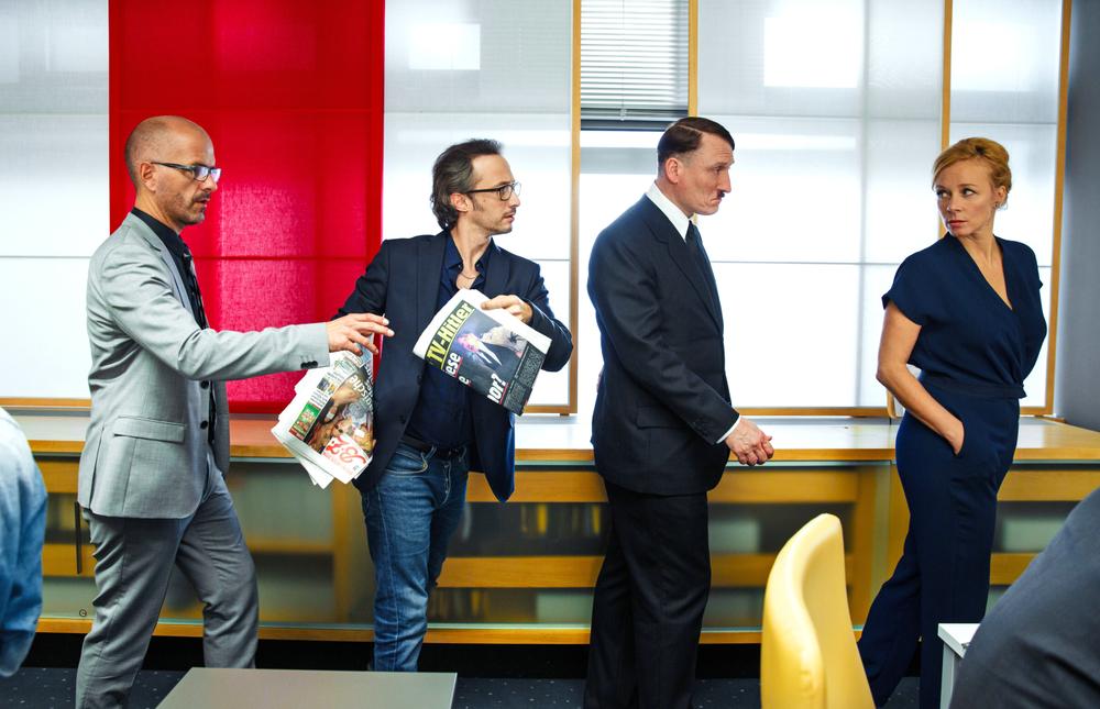 Lui è tornato: Oliver Masucci, Katja Riemann, Michael Ostrowski e Christoph Maria Herbst in una scena del film
