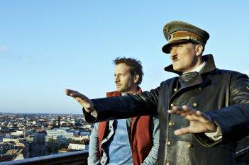 Lui è tornato: Oliver Masucci e Fabian Busch in una scena del film