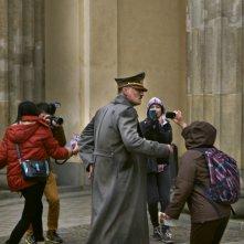 Lui è tornato: uno spaesato Oliver Masucci nei panni di Hitler mentre viene fotografato e ripreso in una scena del film