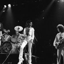 Queen: A Night in Bohemia, un'immagine con i Queen sul palco