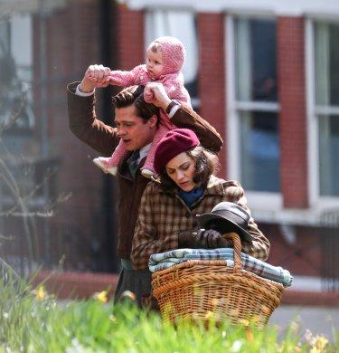 Five seconds of silence: Brad Pitt e Marion Cotillard sul set