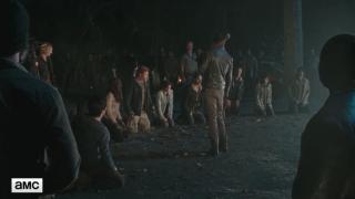 The Walking Dead: un'immagine dei protagonisti prigionieri degli uomini di Negan in L'ultimo giorno sulla Terra