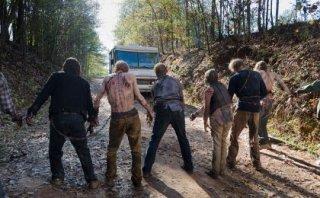 The Walking Dead: un gruppo di walker in L'ultimo giorno sulla Terra