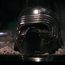 Star Wars: il risveglio della forza - L'elmo di Kylo Ren sulla cenere delle sue vittime