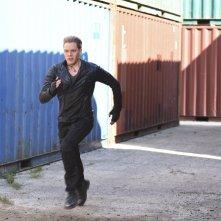 Shadowhunters: l'attore Dominic Sherwood in fuga in una foto dell'episodio Stella del mattino