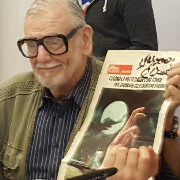 George A. Romero a Lucca con il manifesto de La notte dei morti viventi