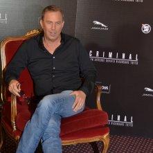 Criminal: Kevin Costner posa seduto al photocall