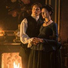 Outlander: un'immagine dei protagonisti Sma Heughan e Caitriona Balfe tratta dalla seconda stagione