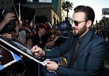 Captain America: Civil War - Chris Evans firma autografi ai fan californiani