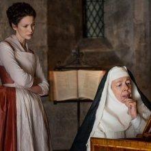 Outlander: le attrici Caitriona Balfe e Frances de la Tour in un'immagine della seconda stagione