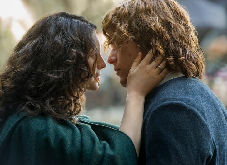 Outlander: i protagonisti Caitriona Balfe e Sam Heughan in un'immagine della seconda stagione