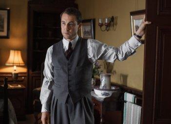 Outlander: l'attore Tobias Menzies in un'immagine della seconda stagione